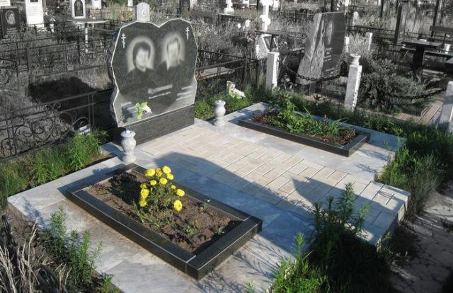 Мемориальный комплекс из малинового кварцита и гранитов Отрадный Эконом памятник Плечики Стрежевой